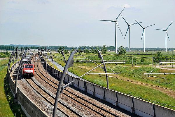 Nederland, Echteld, 3-11-2013Een goederentrein passeert over de betuweroute op weg naar Rotterdam. Windmolens staan in het landschap. Foto: Flip Franssen/Hollandse Hoogte