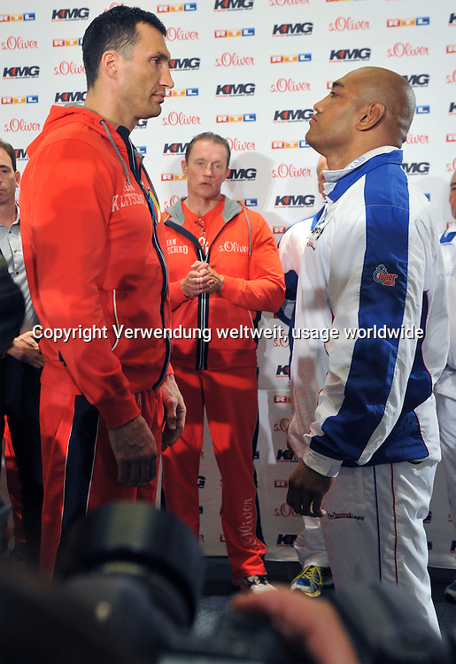 The boxer Wladimir Klitschko from Ukraine, World Heavyweight Champion in the WBA, IBF, WBO and IBO (l), gives a press conference on 22.04.2014 in Dusseldorf, Germany with the boxer Alex Leapai from Australia. The boxer Leapai competes on 04.26.2014 in Oberhausen as a challenger against Klitschko. Photo: Matthias Balk / dpa