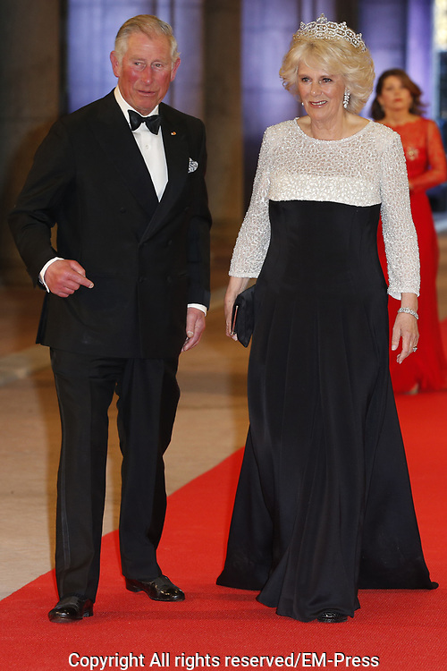 Afscheidsdiner Koningin Beatrix in Rijksmuseum. Het afscheidsdiner wordt gehouden in de Eregalerij van het 2 weken geleden door de koningin heropende museum. <br /> <br /> Farewell Dinner Queen Beatrix at Rijksmuseum. The farewell dinner will be held in the Hall of Fame of two weeks ago reopened by the Queen museum.<br /> <br /> Op de foto / On the Photo:  Charles The Prince of Wales , Camilla, hertogin van Cornwall / The Prince of Wales and Camilla, Duchess of Cornwall