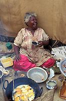 """Pakistan - """"Shiddis """", esclaves de l'empire des Indes - C'est à Mango Pir, mausolée d'un saint soufi du XIII éme siècle, situé à l'extérieur de Karachi que cette communauté noire, tiraillée entre ses racines africaines animistes et son identité musulmane pakistanaise, se retrouve et s'épanouit. Ils campent autour du mausolée dans des abris de fortune - Petit restaurant de fortune // Pakistan, Shiddi, the black of Pakistan with African origine"""
