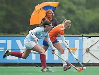BLOEMENDAAL - Roos Broek (r) in duel met Ellis van Brakel (l) van Wageningen.  Eerste play off wedstrijd hockey voor promotie naar de hoofdklasse tussen de vrouwen van Bloemendaal en Wageningen (1-2).  COPYRIGHT KOEN SUYK