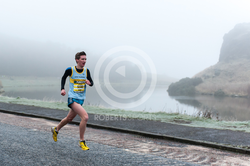 The leading runners emerge from the mist during the PureGym Great Edinburgh Winter Run. Photo: Paul J Roberts / RobertsSports Photo. All Rights Reserved