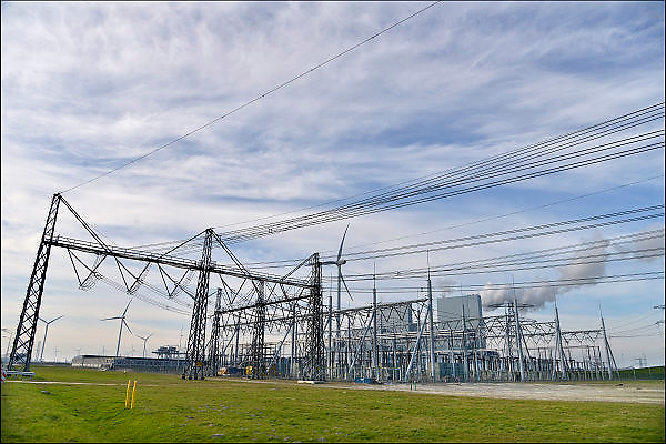 Nederland, Groningen, 15-4-2015In de Eemshaven wordt veel elektriciteit geproduceerd. Hoogspaninngsmasten en een verdeelstation brengen deze verder het land in.Hoogspanningsstation, schakelstationFOTO: FLIP FRANSSEN/ HOLLANDSE HOOGTE