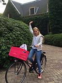 Prinses Amalia stapt op de fiets voor eerste schooldag