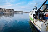 Paranza ormeggiata nel porto di Gallipoli (LE) di fronte il castello agioino.