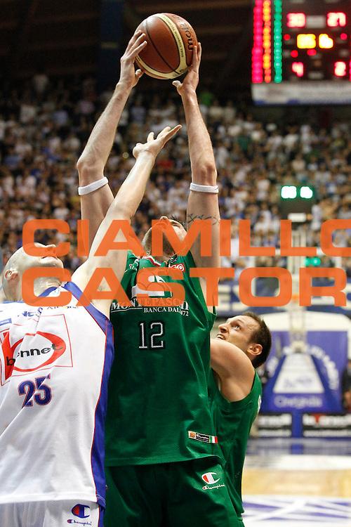 DESCRIZIONE : Desio Campionato Lega A 2011-12 Bennet Cantu Montepaschi Siena<br /> GIOCATORE : Ksistof Lavrinovic Greg Brunner<br /> CATEGORIA : Rimbalzo<br /> SQUADRA : Montepaschi Siena Bennet Cantu<br /> EVENTO : Campionato Lega A 2011-2012<br /> GARA : Bennet Cantu Montepaschi Siena<br /> DATA : 12/04/2012<br /> SPORT : Pallacanestro<br /> AUTORE : Agenzia Ciamillo-Castoria/G.Cottini<br /> Galleria : Lega Basket A 2011-2012<br /> Fotonotizia : Desio Campionato Lega A 2011-12 Bennet Cantu Montepaschi Siena<br /> Predefinita :