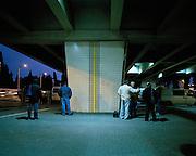 Trabalhadores esperam pelos transportes que os vão levar para as obras. Workers waiting for a boss. foto Miguel Ribeiro Fernandes -2006