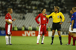 BELGRADE, SERBIA & MONTENEGRO - Wednesday, August 20, 2003: Referee Anders Frisk with Wales' Craig Bellamy (l) and Simon Davies during the UEFA European Championship qualifying match against Serbia & Montenegro at the Red Star Stadium. (Pic by David Rawcliffe/Propaganda)