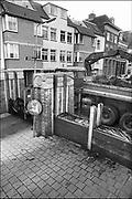 Nederland, Nijmegen 15-1-1988Tijdens de hoge waterstand van de Waal wordt de benedenstad van de Waalkade afgesloten door een barricade van planken met daartussen paardenmest, een zgn coupure. De benedenstad is dan nog niet helemaal herbouwd. Hoogwater, milieu, klimaatverandering,overstromen,overstromingschade. Wateroverlast. 1988Foto: Flip Franssen/Hollandse Hoogte