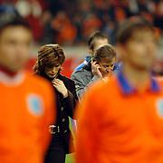 NLD/Amsterdam/20060301 - Voetbal, oefenwedstrijd Nederland - Ecuador, Carola Smit en Jan Keizer zingen het Wilhelmus