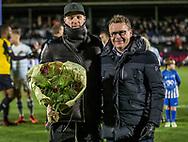 FODBOLD: Andreas Holm (FC Helsingør) modtager blomster af direktør Janus Kyhl, efter at have rundet 100 kampe, før kampen i ALKA Superligaen mellem FC Helsingør og Hobro IK den 17. november 2017 på Helsingør Stadion. Foto: Claus Birch