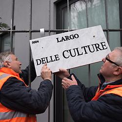Anteprima del nuovo Museo delle Culture - MUDEC a Milano <br /> Foto Piero Cruciatti / LaPresse<br /> 26-03-2015 Milano, Italia<br /> Cultura<br /> Un addetto dell&rsquo;Ufficio toponomastica del Comune di Milano affigge la placca di Largo delle Culture, all'incrocio tra le vie Bergognone e Tortona. <br /> <br /> <br /> Preview of the new Museo delle Culture - MUDEC in Milano<br /> Photo Piero Cruciatti / LaPresse<br /> 26-03-2015 Milan, Italy<br /> Culture<br /> A member of the Milan council&rsquo;s toponomastic office affix the plate of Largo delle Culture