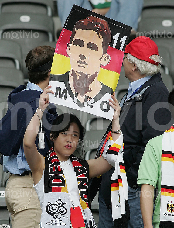 Fussball WM 2006 Viertelfinale  Deutschland - Argentinien Ein weiblicher deutscher Fan mit -Miro-Plakat-