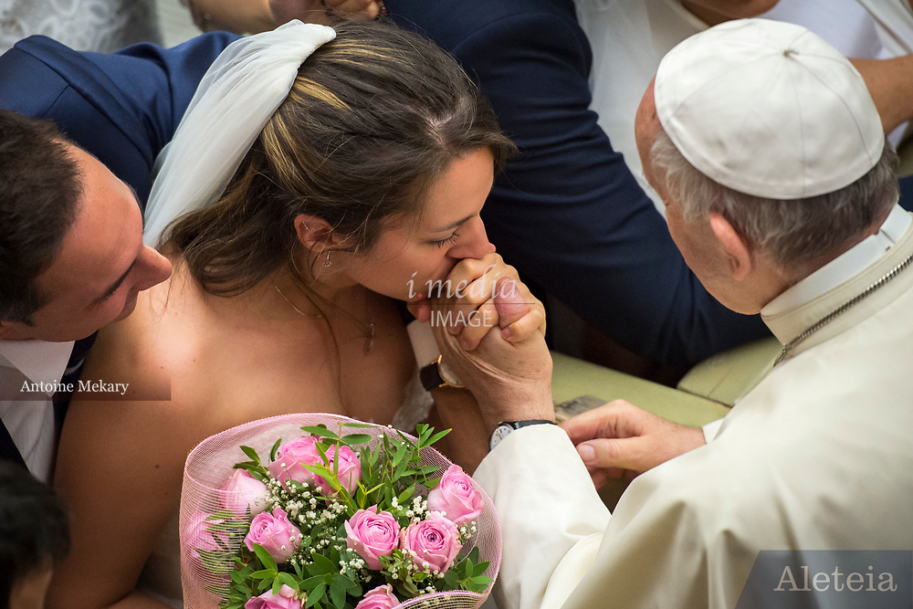 August 23, 2017: A bride kisses Pope Francis Hand during his Wednesday general audience in Paul VI's hall at the Vatican. Antoine Mekary | Aleteia | I.Media