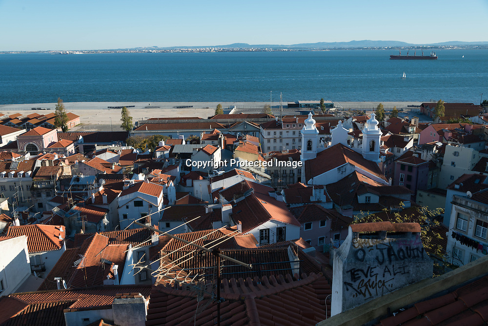 Portugal. Lisbon. Elevated view on Alfama district / le quartier de l'alfama vu d'en haut . Lisbonne