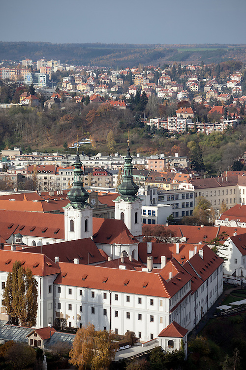 Das Kloster Strahov vom Petrin Turm aus gesehen.