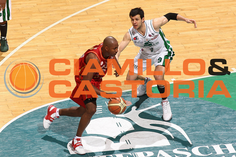 DESCRIZIONE : Siena Lega A 2008-09 Playoff Quarti di finale Gara 1 Montepaschi Siena Scavolini Spar Pesaro <br /> GIOCATORE : Michael Hicks<br /> SQUADRA : Scavolini Spar Pesaro <br /> EVENTO : Campionato Lega A 2008-2009 <br /> GARA : Montepaschi Siena Scavolini Spar Pesaro<br /> DATA : 19/05/2009<br /> CATEGORIA : Penetrazione<br /> SPORT : Pallacanestro <br /> AUTORE : Agenzia Ciamillo-Castoria/C.De Massis