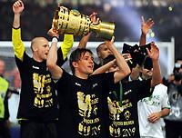 DFB-Pokalsieger Werder Bremen , Clemens Fritz mit Pokal<br /> DFB-Pokal Finale Bayer 04 Leverkusen - Werder Bremen 0:1<br /> <br /> Norway only