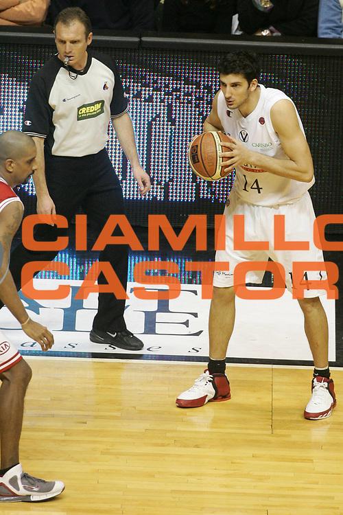 DESCRIZIONE : Bologna Lega A1 2005-06 Vidi Vici Virtus Bologna Armani Jeans Milano <br /> GIOCATORE : Vukcevic <br /> SQUADRA : Vidi Vici Virtus Bologna <br /> EVENTO : Campionato Lega A1 2005-2006 <br /> GARA : Vidi Vici Virtus Bologna Armani Jeans Milano <br /> DATA : 29/01/2006 <br /> CATEGORIA : Passaggio <br /> SPORT : Pallacanestro <br /> AUTORE : Agenzia Ciamillo-Castoria/G.Ciamillo