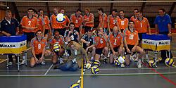 12-05-2005 VOLLEYBAL: TEAMPRESENTATIE: AMSTELVEEN<br /> team presentatie volleybal heren met vlnr staand: harrie brokking, joppe paulides, wytze kooistra, kay van dijk, rob bontje, robert horstink, allan van der loo, kars van tarel, ivo martinovic. zittend vlnr jeroen trommel, nico freriks, desi van waayen, richard rademaker, marko klok, kristian van der wel en dirk jan van gendt - voorgrond  Sophia Eilers van Mikasa<br /> ©2005-WWW.FOTOHOOGENDOORN