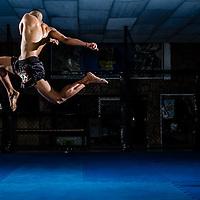 Rodney Costa executa um joelho voador