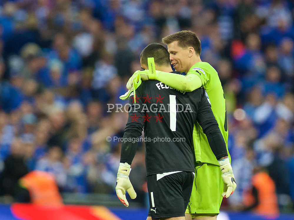 LONDON, ENGLAND - Saturday, April 18, 2015: Reading's goalkeeper Adam Federici is consoled by Arsenal's goalkeeper Wojciech Szczesny after his mistake gifted Arsenal a 2-1 extra time victory during the FA Cup Semi-Final match at Wembley Stadium. (Pic by David Rawcliffe/Propaganda)