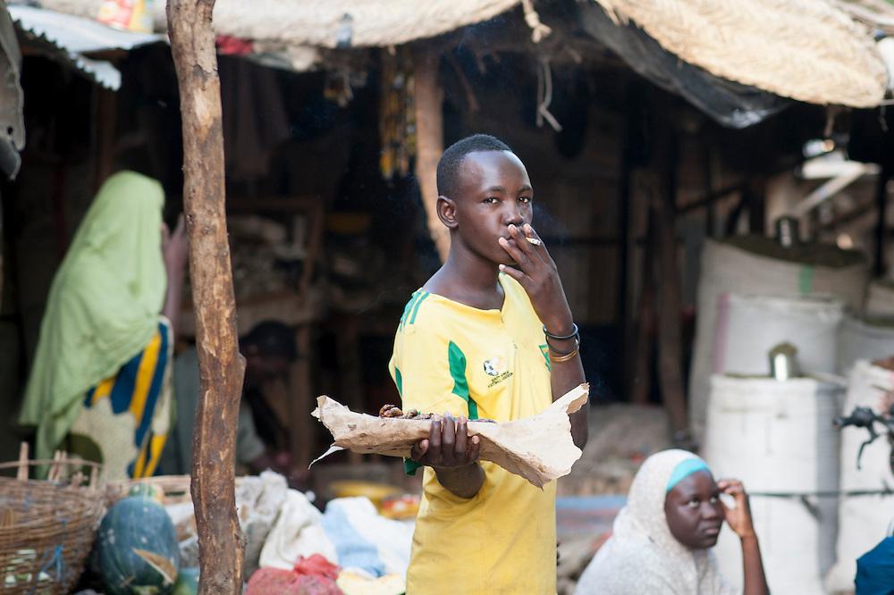 29/01/2013. Gao, Mali. Un vendeur de viande fume une cigarette au grand marché se Gao. ŠSylvain Cherkaoui