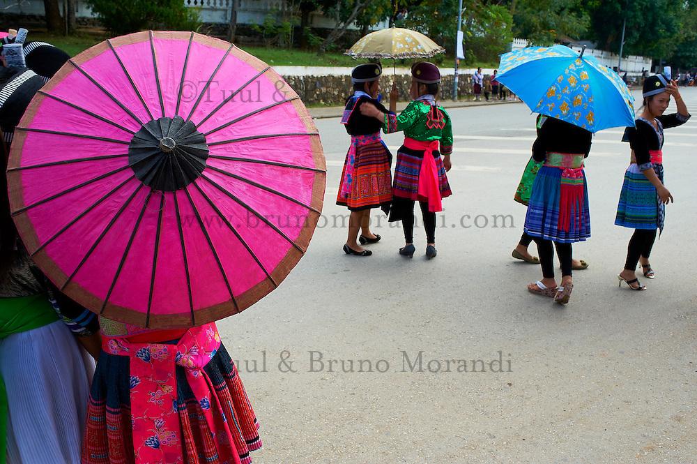 Laos, Province de Luang Prabang, ville de Luang Prabang, Patrimoine mondial de l'UNESCO depuis 1995, Fete du nouvel an lao, ethnie Hmong, jeune femme aux habits traditionnels // Laos, Province of Luang Prabang, city of Luang Prabang, World heritage of UNESCO since 1995, Lao New year festival, Hmong ethnic groupe, young woman in traditionnal dress