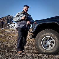 Mats Wibe Lund ljósmyndari við Land Rover jeppa. Fjallið Einhyrningu í baksýn.