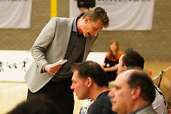 20-03-2012 VOLLEYBAL: A-LEAGUE 1/2 FINALE PLAY OFF HEREN LANGHENKEL VOLLEY - NETWERK STV: DOETINCHEM<br /> Coach Brecht van Kerckhove geeft aanwijzingen aan Tim Smit, Netwerk STV<br /> ©2012-FotoHoogendoorn.nl / Pim Waslander