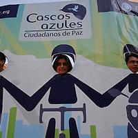 """Toluca, México.- Integrantes de la Fundación Tlalóc, en el marco del 7º aniversario del Decálogo Sustentable, presentaron el movimiento """"Cascos Azules, Ciudadanos de  Paz"""", que consiste en promover acciones para transformar los problemas del tráfico, estrés e inseguridad en las calles, a través de cooperación construir un ambiente de paz en la vía pública. Agencia MVT / Crisanta Espinosa"""