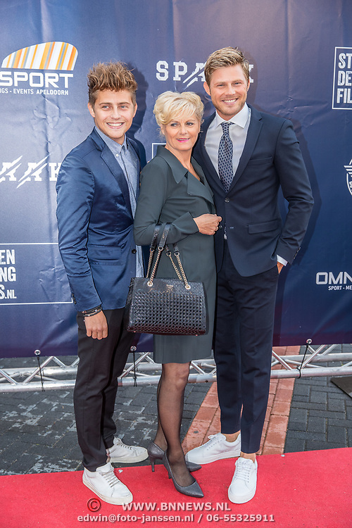 NLD/Apeldoorn/20170902 - premiere Spaak, Tim Douwsma met broer en moeder