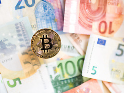 THEMENBILD - Kryptowährung Bitcoin ist ein dezentrales Zahlungsmittel auf Blockchain Basis, das es seit 2008 gibt. Aufgenommen am 02. September 2017 in Wien, Österreich // Bitcoin is a decantralized worldwide cryptocurrency and digital payment system. Vienna, Austria on 2017/09/02. EXPA Pictures © 2017, PhotoCredit: EXPA/ Michael Gruber