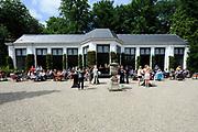 De succesvolle expositie &lsquo;Beeld van Beatrix&rsquo; is vanaf 12 juli 2013 te zien bij Paleis Soestdijk. De 68 bijzondere werken waren voorheen bij Paleis Het Loo tentoongesteld ter gelegenheid van de 75ste verjaardag van koningin Beatrix<br /> <br /> The successful exhibition 'Image of Beatrix' is from July 12, 2013 on display at the Royal Palace Soestdijk The 68 special works were previously exhibited at  Palace Het Loo on the occasion of the 75th birthday of Queen Beatrix<br /> <br /> Op de foto / On the photo:  Orangerie