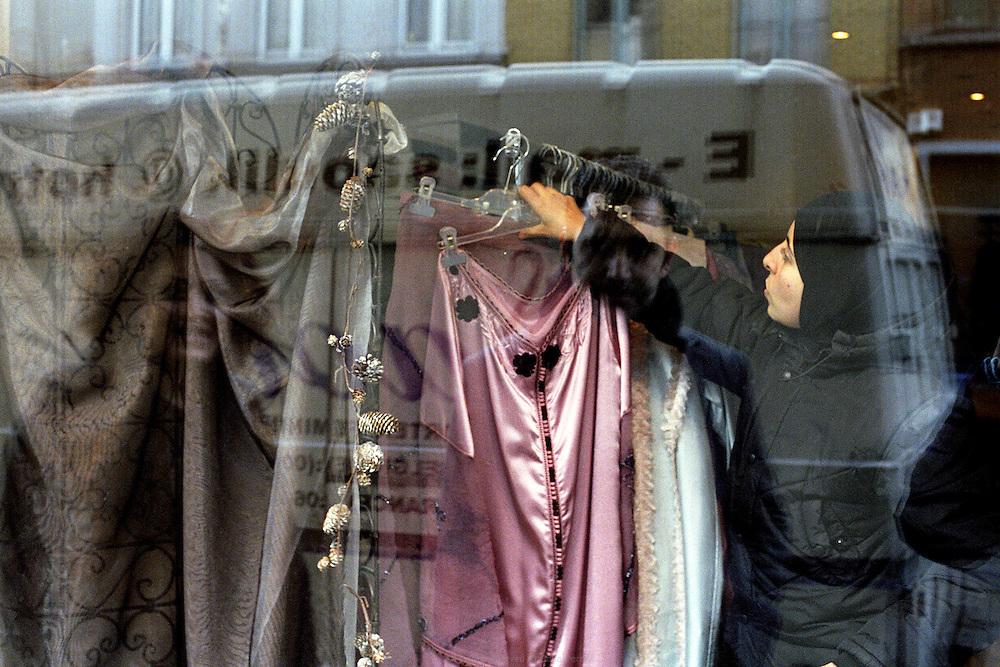 Magasin de la pionni&egrave;re de mode musulmane Karima Saouli &agrave; Bruxelles en Belgique, 2006. <br /> Karima Saouli, pioneer of muslim fashion design, in her store in Brussels, 2006.