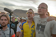 Jan-Marcel van Dijken (tweede rechts) en Thomas van Schaik horen dat de tijd van Jan-Marcel niet is geregistreerd tijdens de vijfde racedag van de WHPSC. In de buurt van Battle Mountain, Nevada, strijden van 10 tot en met 15 september 2012 verschillende teams om het wereldrecord fietsen tijdens de World Human Powered Speed Challenge. Het huidige record is 133 km/h.<br />