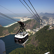 Cable cars taking tourists and sightseers to and from the top of Sugar Loaf Mountain, one of the iconic tourist destinations in Rio de Janeiro. Rio de Janeiro, Brazil. 27th August 2010. Photo Tim Clayton.