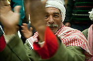 Des réfugiés Egyptiens dansent et chantent en louant l'accueil Tunisien à l'aéroport de Djerba avant l'embarquement dans l'avion qui les ramène au Caire. La France (en coopération avec l'armée Tunisienne) organise sur place un ballet aérien reliant la ville de Djerba et celle du Caire. Aéroport de Djerba le 5 mars 2011. © Benjamin Girette/IP3 press