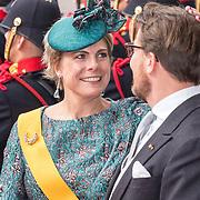 NLD/Den Haag/20180918 - Prinsjesdag 2018, Prinses laurentien aait over het hoofd van Prins Constantijn