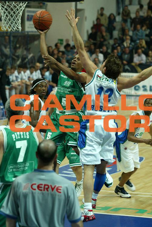 DESCRIZIONE : ROSETO CAMPIONATO ITALIANO LEGA A1 STAGIONE 2003-2004 GIOCATORE : EDNEY SQUADRA : BENETTON TREVISO DATA : 2010-01-06CATEGORIA : SPORT :  AUTORE : AGENZIA CIAMILLO & CASTORIA/G.Ciamillo