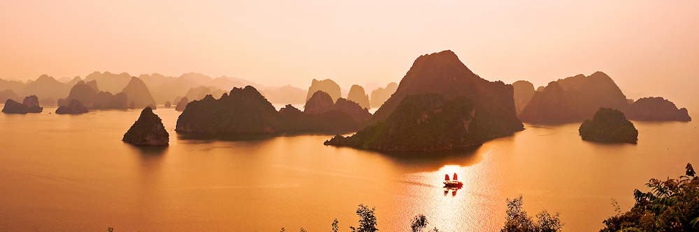 HaLong bay in sunset - the unesco world nature heritage of VietNam.hoangnhiem photo hoàng thế nhiệm