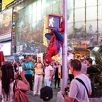 Spider Man in Times Square, la più famosa, luminosa e caotica piazza di New York.