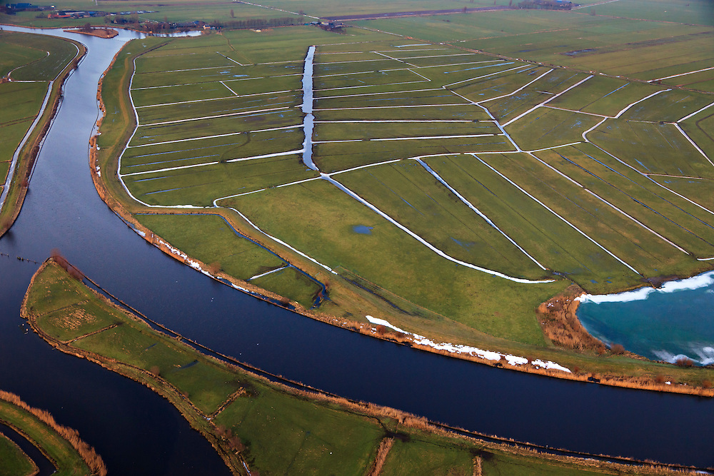 Nederland, Utrecht, Soest, 10-01-2011;.De rivier de Eem bij Grote Melm in de Eempolder. Er igt nog sneeuw in de sloten. Het riviertje doorsnijdt de polders tussen Baarn en Amersfoort en mondt uit in het Eemmeer..The river Eem in the Eempolder. There is still snow in the ditches. The river runs through the polders between the cities of Amersfoort and Baarn and ends into the Eemmeer..luchtfoto (toeslag), aerial photo (additional fee required).foto/photo Siebe Swart