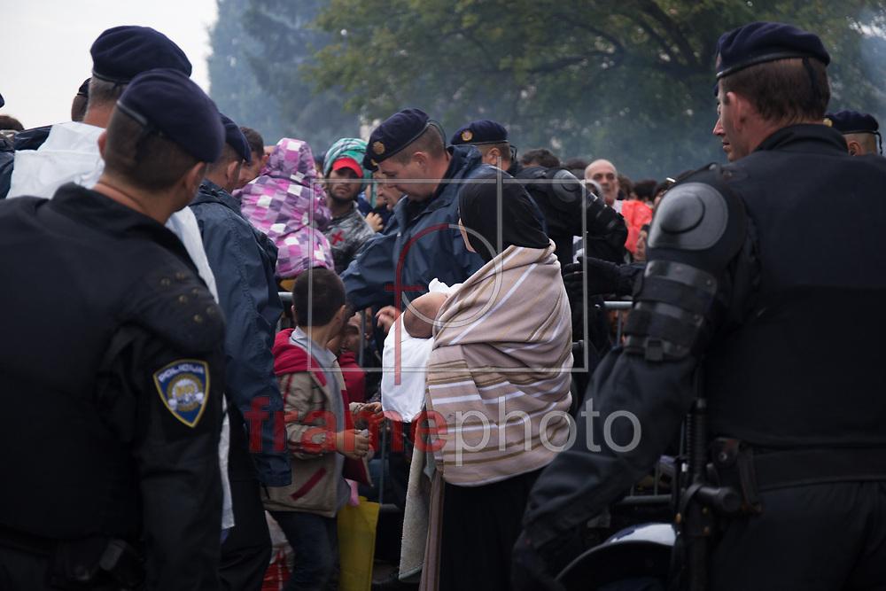 REFUGIADOS NA CROACIA – TOVARNIK – 20/09/2015 - *BRAZIL ONLY* ATENÇAO EDITOR, FOTO EMBARGADA PARA VEICULOS INTERNACIONAIS* Refugiados são vistos em Tovarnik, Croácia, no domingo (20). Muitos deles aguardam na estação da cidade para poderem seguir sua viagem. A polícia realiza o controle do fluxo de embarque nos ônibus. Foto: CityPress24/Frame