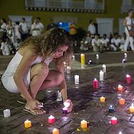 Cartagena de Indias, Bol&iacute;var, Colombia - 25.09.2016        <br /> <br /> Participants of a peace meeting light candles on the evening before the peace treaty will get signed between the FARC and the Colombian government in Cartagena. On 2nd October follows a peace referendum takes place about the end of the 52 years ongoing civil war between the marxist FARC-EP guerrilla and the government.<br /> <br /> Teilnehmer einer Friedensversammlung entzuenden Kerzen am Abend vor der Friedensvertragsunterzeichnung zwischen der FARC und der kolumbianische Regierung in Cartagena. Am 02. Oktober folgt eine Volksabstimmung &uuml;ber das Ende des seit 52 Jahren dauernden B&uuml;rgerkrieges zwischen der marxistischen FARC-EP Guerilla und der Regierung statt.<br /> <br /> Photo: Bjoern Kietzmann