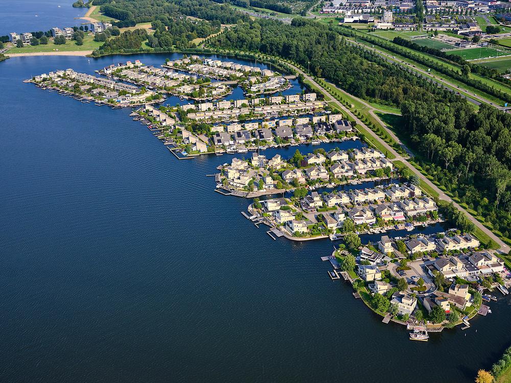 Nederland, Flevoland, Almere, 26-08-2019; Almere, de wijk Noorderplassen aan het gelijknamige water. Herenhuizen en twee-onder-een-kap met eigen steigers.<br /> Almere, the Noorderplassen district on the water of the same name.<br /> luchtfoto (toeslag op standard tarieven);<br /> aerial photo (additional fee required);<br /> copyright foto/photo Siebe Swart