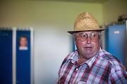 Die ehemaligen Grenzstation in Dolni Dvoriste - von 1955 bis 1989 lag der Ort am Eisernen Vorhang. Heutzutage ist die Zahnklinik von MUDr. Vaclav Bruna in dem Gebäude. Der frühere Zöllner Miroslav Schwarz erläutert im damaligen Haftraum wie das Gebäude zu seiner Dienstzeit aussah.