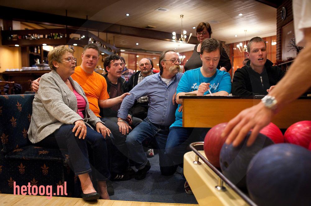 """nederland, deuringen 04april2012  Bert Nijkamp en Annette Mordang (twee met bril vooraan) vrijwilligers bij bowlen voor verstandelijk gehandicapten in zaal 'Golbach"""" in deurningen."""