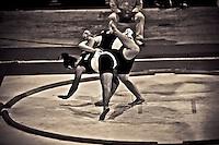 Depuis 10 ans environ les femmes sont tol&eacute;r&eacute;es dans ce sport jusqu'alors seulement r&eacute;serv&eacute; aux &quot;demi dieux&quot;..La raison n est simple: la f&eacute;d&eacute;ration souhaiterait voir entrer le Sumo dans les sports olympiques..Et l'une des conditions est la participation f&eacute;minine.<br /> Ce sport est bien plus d&eacute;velopp&eacute; dans les pays de l'Est que partout ailleurs.<br /> L'&eacute;quipe suisse ne compte que 3 femmes, la France aucune tout comme l'Espagne ou la Belgique.n La cat&eacute;gorie des poids est un vrai probl&egrave;me pour les lutteuses poids lourds. Une femme de 80kg peut tr&egrave;s bien se retrouver confront&eacute;e a une autre lutteuse de plus de 130 kg.<br /> Quand elles arrivent sur le dohio, elles se jaugent, tentent de s'intimider. Elles doivent poser leurs poings au sol l'une apr&egrave;s l'autre en alternance. Lorsque le dernier poing de la seconde femme touche le sol, le combat commence. Les assauts sont d'une rapidit&eacute; consternante: entre 10 et 30 secondes pour la plupart, 3 minutes au maximum. Les baffes, se tirer les cheveux, se pousser, tout est bon pour faire sortir l'adversaire du cercle ou lui faire poser une partie du corps a l'int&eacute;rieur. Les femmes ne peuvent n&eacute;anmoins concourir qu'a un niveau amateur.