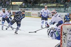 16.01.2015, Saturn Arena, Ingolstadt, GER, DEL, ERC Ingolstadt vs Schwenninger Wild Wings, 39. Runde, im Bild Aaron Brocklehurst (Nr4, ERC Ingolstadt) schiesst auf Torhueter Dimitri Paetzold (Nr.32, Schwenninger Wild Wings) // during Germans DEL Icehockey League 39th round match between ERC Ingolstadt and Schwenninger Wild Wings at the Saturn Arena in Ingolstadt, Germany on 2015/01/16. EXPA Pictures © 2015, PhotoCredit: EXPA/ Eibner-Pressefoto/ Strisch<br /> <br /> *****ATTENTION - OUT of GER*****